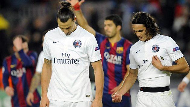 Zklamaní fotbalisté Paris Saint-Germain Zlatan Ibrahimovic a Edinson Cavani, v pozadí slavící Luis Suárez z Barcelony.