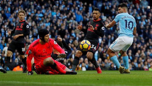 Útočník Manchesteru City se snaží ohrozit v utkání Premier League gólmana Arsenalu Petra Čecha.