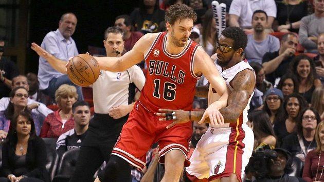 Španělský basketbalista Pau Gasol (vlevo) v dresu Chicaga v souboji s Amar´em Stoudemirem z Miami.