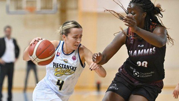 Česká basketbalová reprezentantka Gabriela Andělová (vlevo) z týmu Piešťanské Čajky v souboji s Christelle Diallovou z celku Flames.