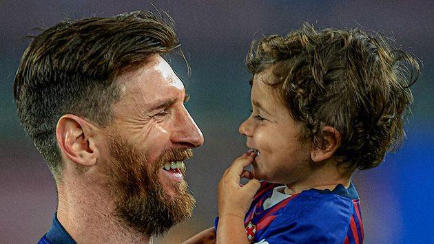 Mateo Messi předvádí gólovou oslavu svého slavného otce.
