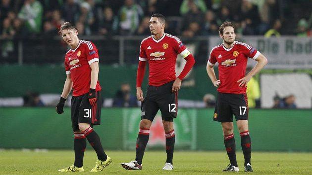 Zdrcení fotbalisté Manchester United. Zleva Bastian Schweinsteiger, Chris Smalling a Daley Blind.