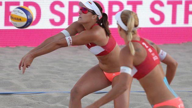 České beachvolejbalistky Barbora Hermannová (vlevo) a Markéta Nausch Sluková si na ME v Nizozemsku zahrají semifinále.