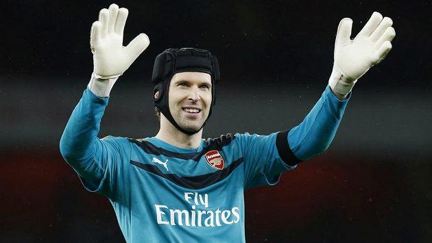 Brankář Arsenalu Petr Čech se raduje z vítězství nad Newcastlem.