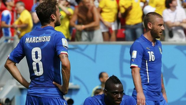 Italští fotbalisté (zleva) Claudio Marchisio, Mario Balotelli a Daniele De Rossi krátce po inkasovaném gólu v utkání s Kostarikou.