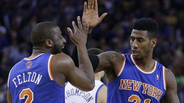 Basketbalisté New York Knicks Raymond Felton (vlevo) a Iman Shumpert.