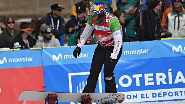 Po semifinálové jízdě Eva Samková svůj snowboard s chutí zahodila.