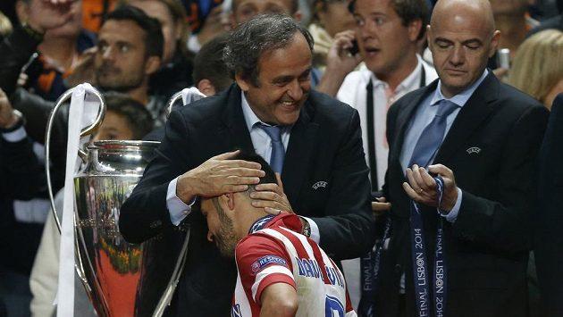 Prezident UEFA Michel Platini po finále Ligy mistrů objímá zklamaného útočníka Davida Villu.