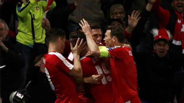 Radost Švýcarů poté, co Josip Drmic skóroval proti Lotyšsku.