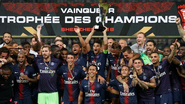 Fotbalisté PSG se radují z první trofeje pod trenérem Thomasem Tuchelem.