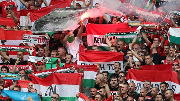 Fotbaloví fanoušci Maďarska.