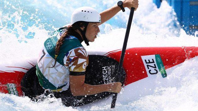 Kajakářka Kateřina Minařík Kudějová v kvalifikační jízdě v Tokiu.