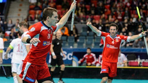 Oba čeští střelci do švýcarské sítě: vlevo Matěj Jendrišák, vpravo Jiří Curney.