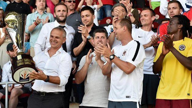 Trenér Sparty Praha Vítězslav Lavička s trofejí pro vítěze Superpoháru.