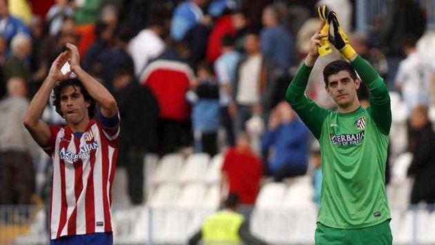 Fotbalisté Atlétika Madrid Thibaut Courtois (vpravo) a Tiago Mendes po ligovém zápase s Málagou.