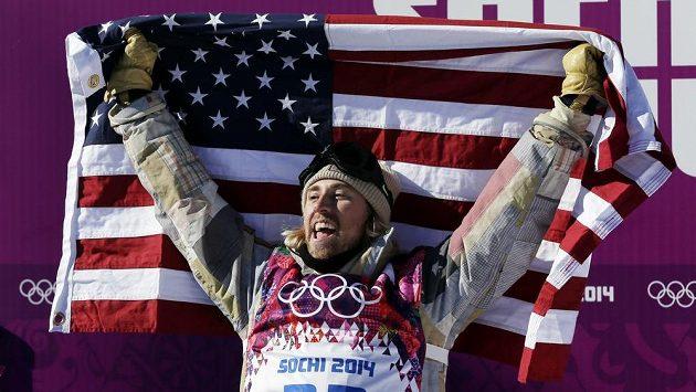 Sage Kotsenburg z USA prožívá zlatou radost po závodu snowboardistů ve slopestylu.