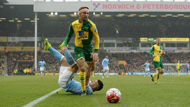 Gary O'Neil (vpředu) z Norwiche a Sergio Agüero z Manchesteru City.