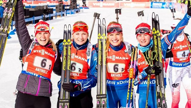 České biatlonistky se radují z druhého místa ve štafetovém závodě.