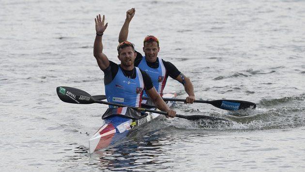 Bronzoví Jakub Špicar (vpředu) a Daniel Havel po finále na 1000 metrů.