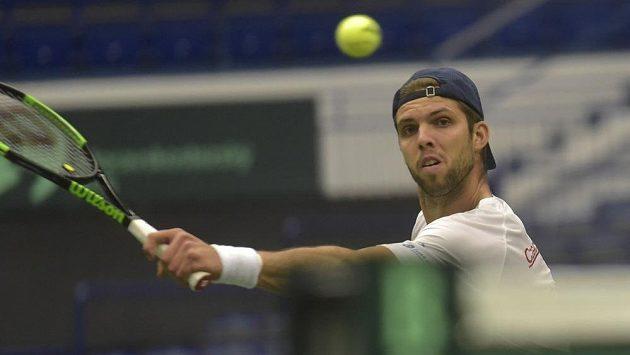 Český tenista Jiří Veselý při tréninku před zápasy kvalifikace Davisova poháru proti Nizozemsku.