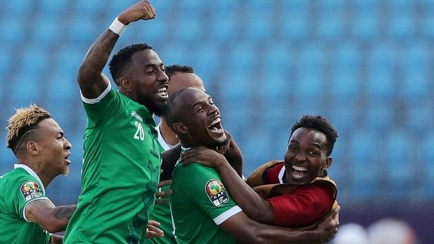 Radost hráčů Madagaskaru po jedné z branek proti Kongu.