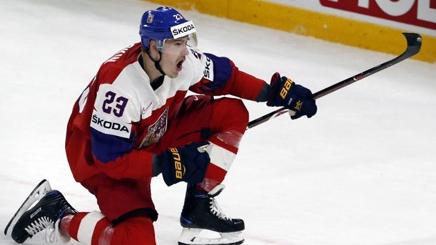 Český útočník Dmitrij Jaškin se raduje z gólu proti Rusku.