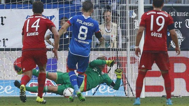 Brankář Bayernu Manuel Neuer kryje pokutový kop v utkání s Hoffenheimem.