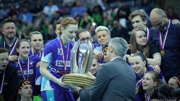 Kapitánka Vítkovic Denisa Ferenčíková si na pohár pro vítězky extraligy mohla sáhnout jako první.