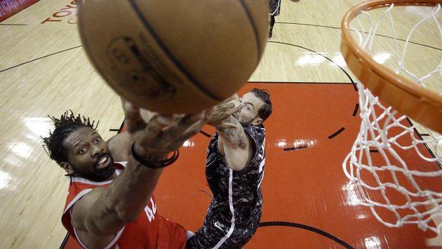 Basketbalista Houstoun Rockets Nene (vlevo) střílí přes Joffreyho Lauvergnea ze San Antonia.