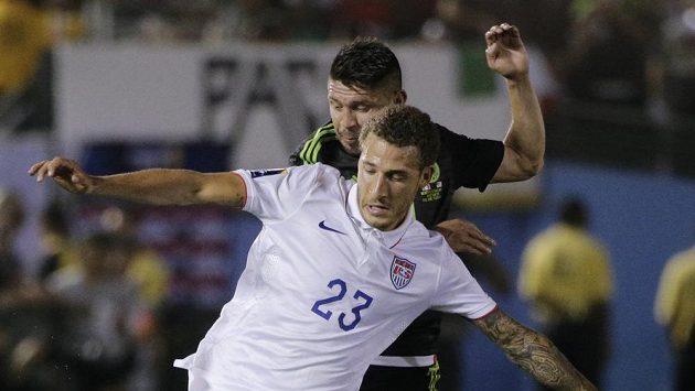Američan Fabian Johnson (vpředu) brání Oribu Peraltu z Mexika.