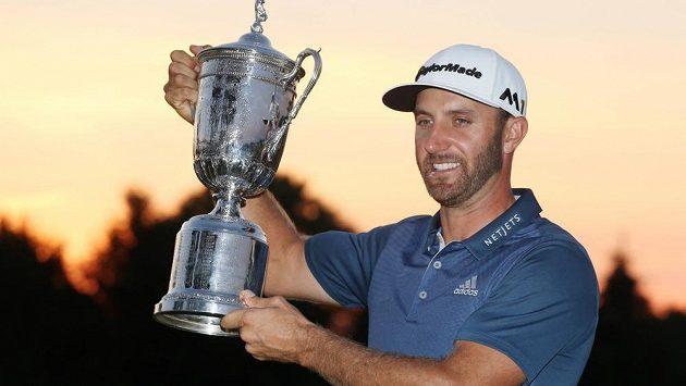 Vítěz golfového US Open Dustin Johnson s trofejí.