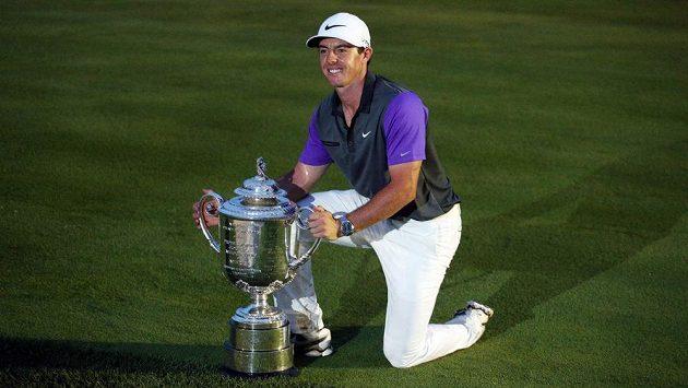 Severoirský golfista Rory McIlroy pózuje s trofejí pro vítěze PGA Championship.