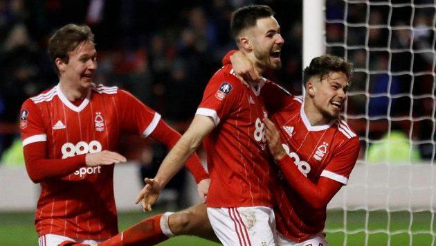 Ben Brereton z Nottinghamu Forest (uprostřed) slaví gól vstřelený Arsenalu. Druholigový celek nakonec účastníka Premier League vyštípal z Anglického poháru.