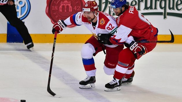 Vlevo Jevgenij Kuzněcov z Ruska a Michal Frolík.