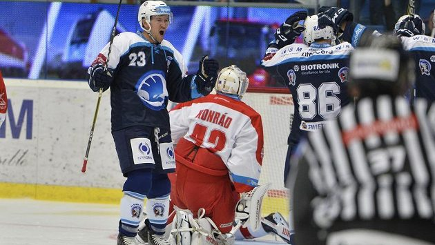 Petr Straka z Plzně (vlevo) se raduje z gólu do branky olomouckého brankáře Branislava Konráda (uprostřed zády) v utkání 3. kola ELH.