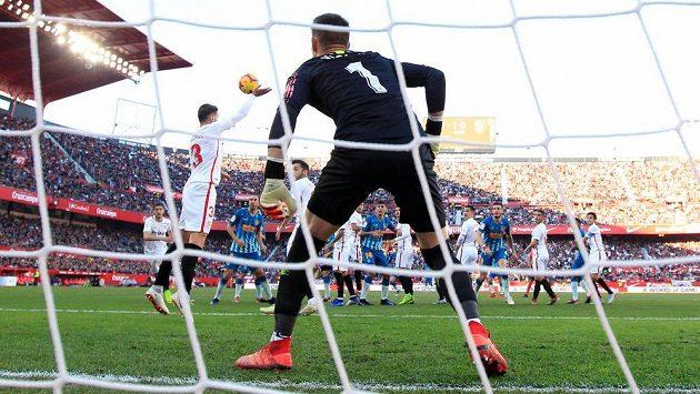 Tomáš Vaclík v brance Sevilly během duelu s Atlétikem Madrid.