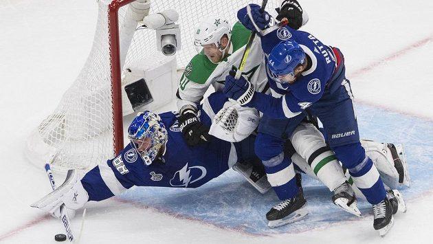 Český obránce Tampy Jan Rutta pomáhá brankáři Andreji Vasilevskému vyřešit atak Coreyho Perryho z Dallasu ve finále Stanley Cupu.