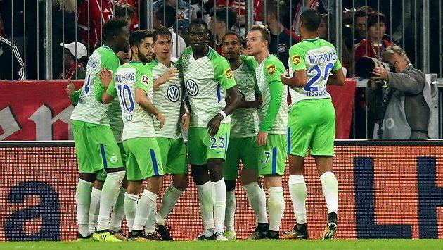 Hráči Wolfsburgu se radují z vyrovnávací branky na hřišti Bayernu.