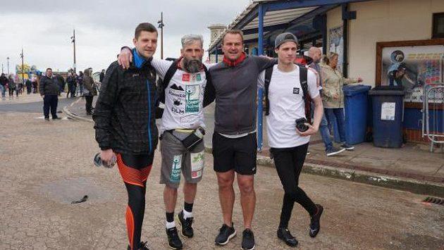 Běžecký nadšenec David Smith (druhý zleva) se rozhodl zdolat za 21 dnů více než 500 mil.