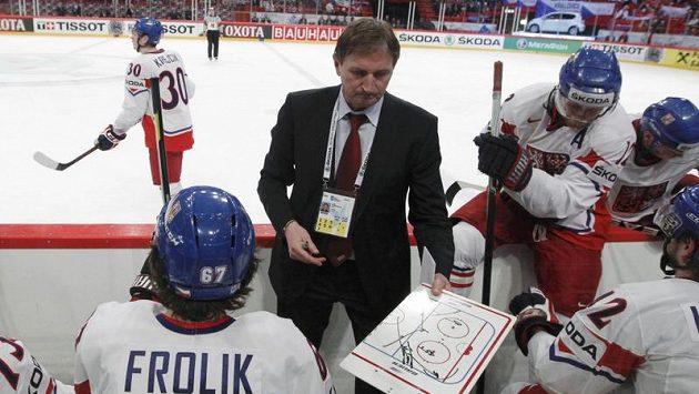 Trenér Alois Hadamczik na lavičce národního týmu během zápasu s Ruskem.
