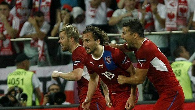 Petr Jiráček (uprostřed) se raduje z branky s Tomášem Hübschmanem (vlevo) a Milanem Barošem.