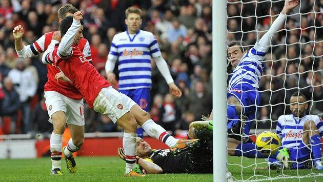 Záložník Arsenalu Mikel Arteta střílí jediný gól zápasu s QPR.