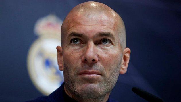 Zinédine Zidane na tiskové konferenci v Madridu, na níž oznámil svůj konec u Realu. Kam povedou jeho další kroky?