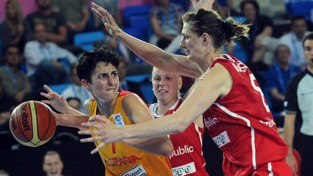 Ilona Burgrová (vpravo) brání Španělku Albu Torrensovou.