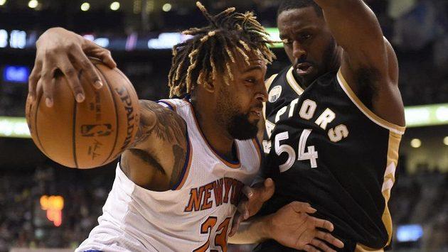 Derrick Williams (vlevo) z New York Knicks zkouší projít přes Normana Powella z Toronta.