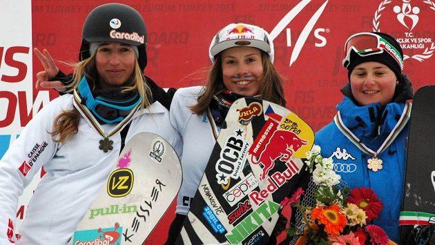 Česká reprezentantka Eva Samková (uprostřed) se v tureckém Erzurumu stala potřetí v kariéře juniorskou mistryní světa ve snowboardcrossu.