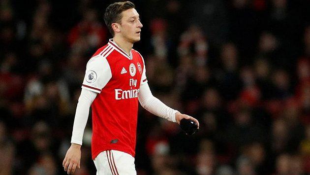Čínská státní televize CCTV stáhla z vysílání nedělní utkání anglické fotbalové ligy mezi Arsenalem a Manchesterem City. Důvodem byl příspěvek záložníka Arsenalu Mesuta Özila na instagramu, v němž zkritizoval Čínu za tvrdý zásah na etnické muslimy v zemi.