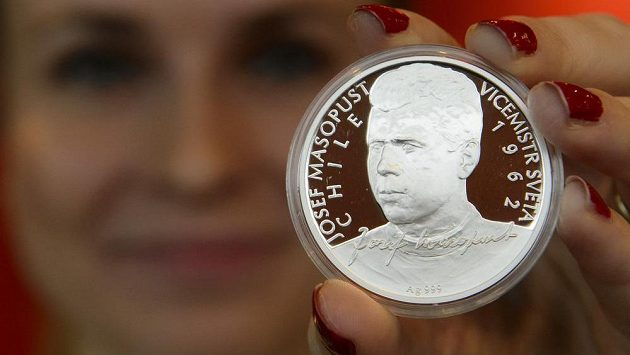 Stříbrná pamětní mince Josef Masopust z nové série Československé fotbalové legendy.