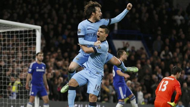 Záložník Manchesteru City David Silva (vlevo) a útočník Sergio Agüero se radují z vyrovnávací branky proti Chelsea.