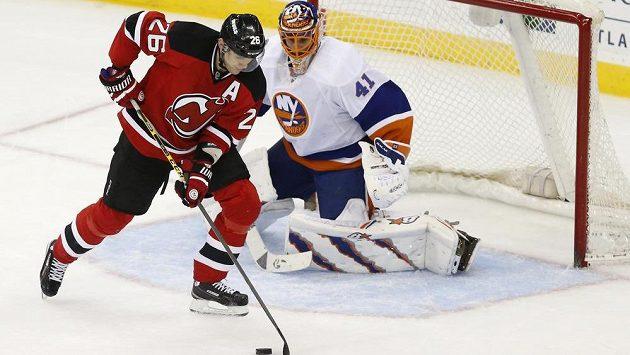 Útočník New Jersey Devils Patrik Eliáš (vlevo) před brankářem New Yorku Islanders Jaroslavem Halákem.
